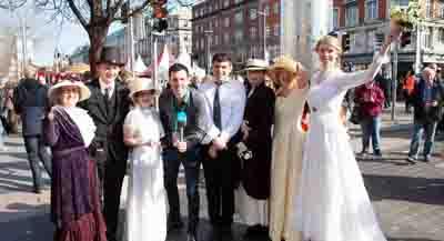 RTÉ 1916: Como reflejo del alzamiento es un evento público con múltiples ubicaciones a gran escala que tendrá lugar en Dublín el lunes de Pascua de 2016, con cientos de charlas, excursiones, música, danza, arte de la calle, teatro de calle, y momentos de reflexión y celebración. Leer más.