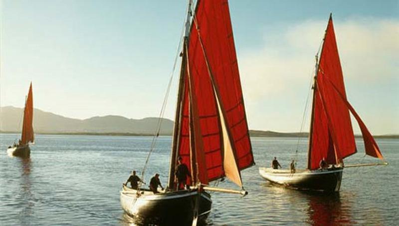 """""""The Burren"""" es sólo una hora de Galway y como parte de la """"Slow Food Trail Burren"""" la gente amable de Hazel Mountain Chocolatiers son ideales para una visita familiar y una degustación de chocolate pero si estas preocupado por tu cintura también te llevarán en una caminata guiada por el Burren protegido por la UNESCO. Y ya que estas en la zona, Doolin es un bonito pueblo que explorar y desde allí se puede tomar una fantástica excursión de un día a """"Inis Oirr"""" una de las Islas Aran Islands. La costa oriental tiene un naufragio de fotos de postal e impresionantes vistas de los acantilados de Moher. 10. ¿Y para terminar, Cuál es tu cosa favorita sobre Galway? Galway es una ciudad próspera con festivales y eventos durante todo el año, trayendo energía diaria a nuestras calles medievales. Nos encanta que se sienta como un pueblo con visitantes y lugareños interactuando como vecinos."""