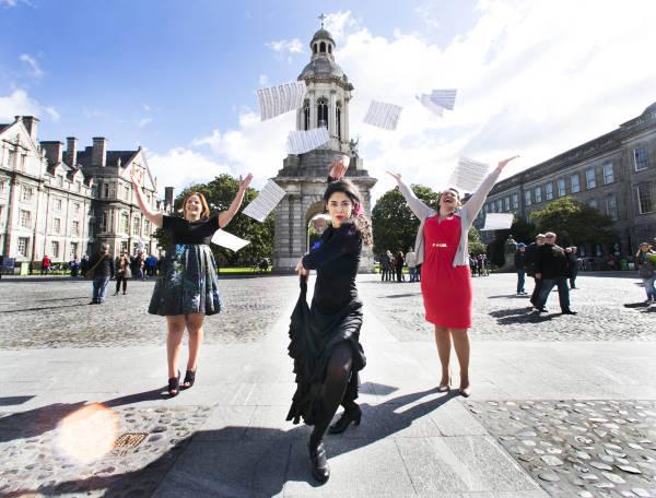 """""""Bailaora"""" de Flamenco Jordana Souza con sopranos Tara Erraught y Celine Byrne en el Trinity College,                  durante el lanzamiento de la Cultura Noche 2015. Fuente: RollingNews."""
